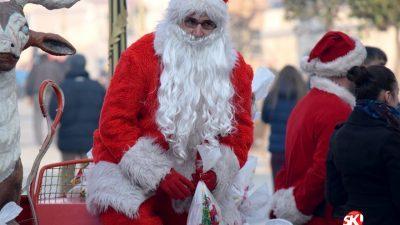 На последниот ден од 2016 година: Дедо мраз на скопскиот плоштад