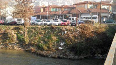 Бреговите на Вардар во Велес затрупани со отпад