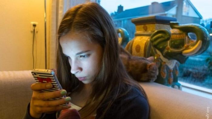 devojka-smartfon-telefon-mobilni-telefon-620x350-97875.jpg