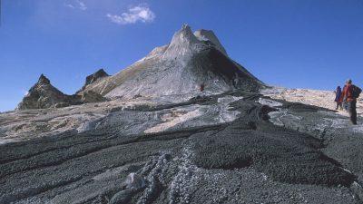 ВИДЕО: Најчуден вулкан на светот – И да паднете во неговата лава можете да преживеете