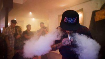 Нов тренд помеѓу младите: Необичен начин на употреба на електронските цигари