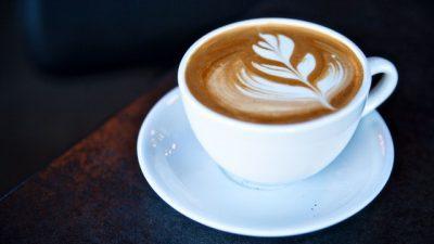 Лоша вест за тие што ставаат млеко и шеќер во кафето!
