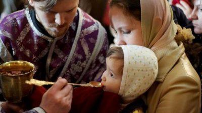 Научниците потврдија: Лажичката за причествување од црква нема ни една бактерија