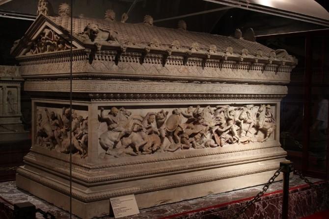 Aleksandrov-sarkofag-koji-je-pronadjen-u-Libanu-a-koji-se-cuva-u-Istanbulu-670x446.jpg