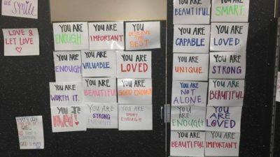 Училиште ги замени огледалата во тоалетите со нешто што навистина им треба на тинејџерите