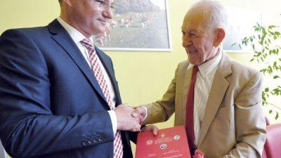 МАГИСТРИРА НА 80 ГОДИНИ: Дедо ДУШАН има 3 дипломи и 4 индекси
