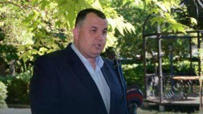 Ова е газда Радомир кој плаќа летувања и автомобили за вработените