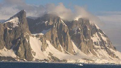 Научници открија 91 вулкан под површината мраз на Антарктикот