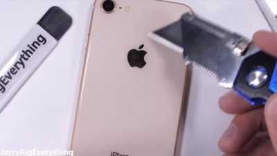 Како iPhone 8 поднесува гребење, палење и превиткување? (видео)