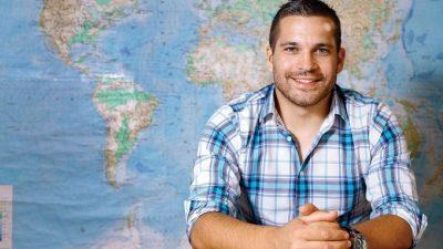 ВИДЕО: Генијален учител по географија држи настава од сите делови на светот, па и од вселената