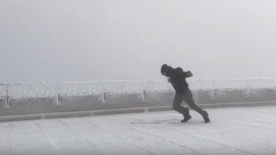 ВИДЕО: Метеоролог експериментираше дали може да одлета на ветер со брзина од 169 км на час
