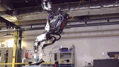 Погледнете како робот со големина на човек прави салто наназад