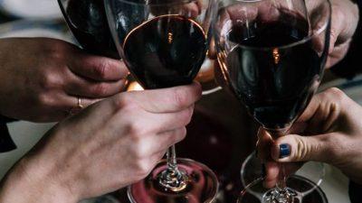 Помага ли алкохолот за подобро говорење на странските јазици?