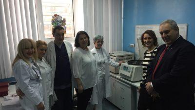 Универзитет Американ Колеџ Скопјe донираше лабораториска центрифуга на ЈЗУ Универзитетската клиниката за детски болести во Скопје