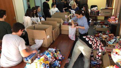 Студентите на медицина собраа 1.106 новогодишни пакетчиња