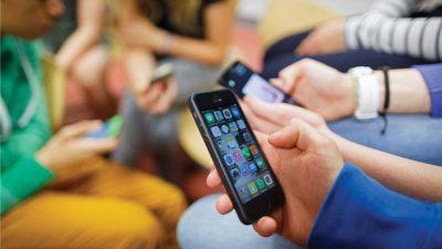 Децата во Франција нема да можат да користат телефони во училиштата