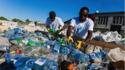 Жителите на Хаити со рециклирање пластика обезбедуваат школарина за децата