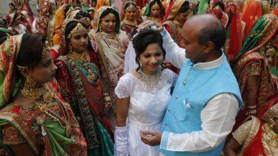 Индијски богаташ им помогнал на 969 девојки да се омажат