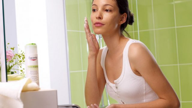 Cleanser_in-use-Women-3.jpg