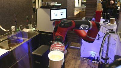 Робот се вработи како келнер во јапонско кафуле
