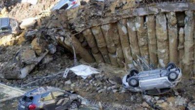 """Огромна дупка во центарот на Рим – Се отворила преку ноќ и """"проголтала"""" автомобили"""