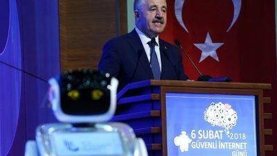 ВИДЕО: Роботот што го прекина турскиот министер јавно се извини