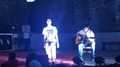 ВИДЕО: Момче со аутизам со музички соло настап ги воодушеви гостите во клуб во Ријека