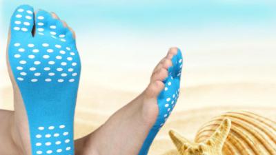 Наместо сандали или влечки, годинава на плажа можете да носите лепенки