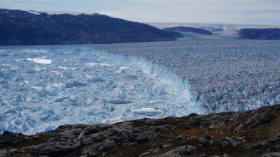 ВИДЕО: За половина час 10 милијарди тони мраз паднаа во море
