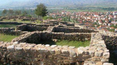 Плакети за двајца археолози за откривањето на теракотните икони во Виница