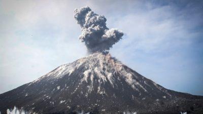 ВИДЕО: Еруптира вулканот Анак Кракату во Индонезија