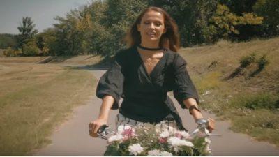 """(ВИДЕО) Погледнете го најновиот спот на Каролина за песната """"Бели цветови"""""""