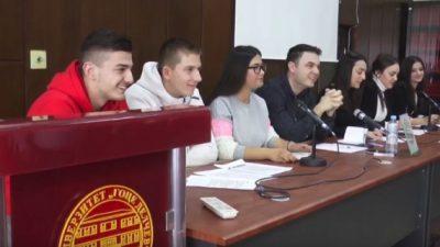 (Видео) Дебата меѓу студентите за добрите и лошите страни на социјалните мрежи