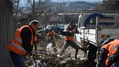 """Се чисти дворот на студентскиот дом """"Гоце Делчев"""""""