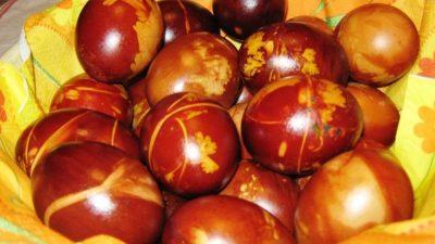 Вака ќе ја исчистите бојата од рацете по фарбањето јајца – Брзо е и веднаш ќе ја снема