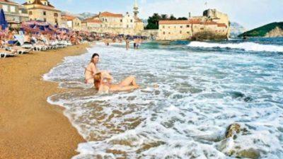 Добра вест за оние кои ќе летуваат во Црна Гора: Чадорите и лежалките на плажата бесплатни