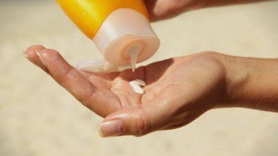 Како да препознаете дали може да ја користите кремата за сончање од лани или треба да си купите нова?