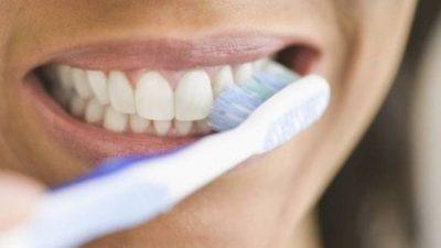 Пастата за заби на база на јаглен е штетна за оралното здравје
