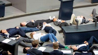 Студенти глумеле дека се мртви на седница во Собрание