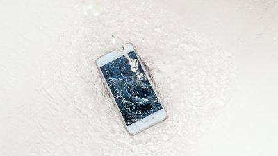 Како да го спасите мобилниот доколку ви падне во вода?