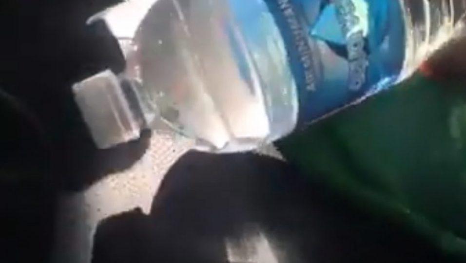 Pravite-MNOGU-golema-greshka-ako-ostavate-shishe-voda-vo-avtomobil-kje-se-isplashite-koga-kje-doznaete-shto-moze-da-se-sluchi-VIDEO.jpg
