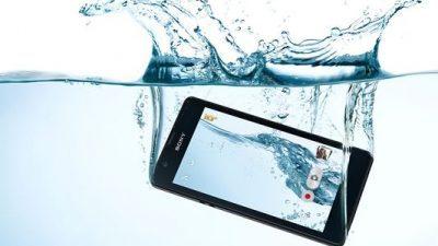 Ви паднал телефонот во вода? Еве 5 начини како да го спасите