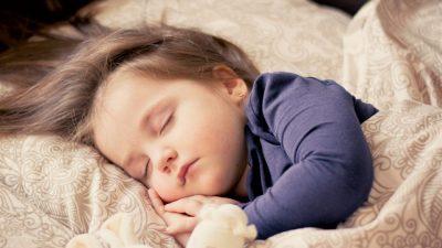 8 совети благодарение на кои вашето дете ќе заспива побрзо