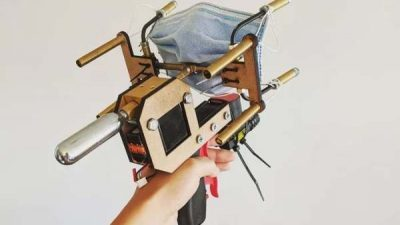 Неверојатно: Момче направи пиштол за ставање заштитни маски (ВИДЕО)
