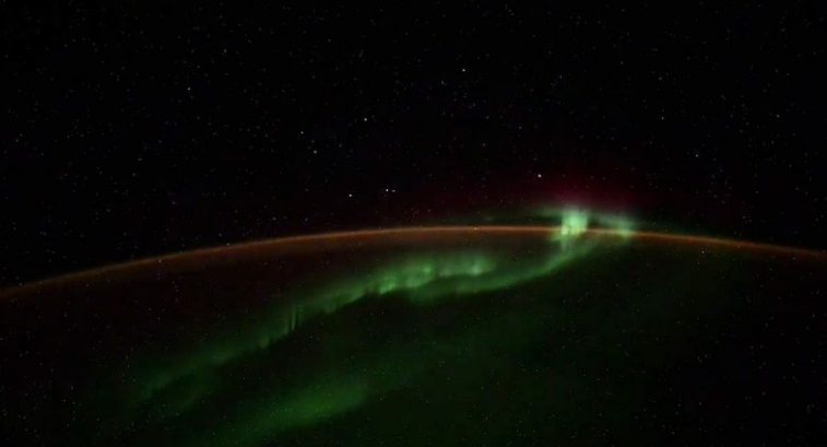 Volshebna-gletka-nad-planetata-Zemja-Ruski-kosnonaut-snimil-polarna-svetlina-no-i-chudna-pojava-VIDEO.jpg