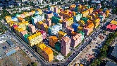 Како да е направен од лего коцки – погледнете како изгледа најшарениот станбен блок во Украина