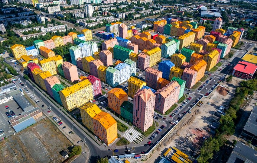 Kako-da-e-napraven-od-lego-kocki-poglednete-kako-izgleda-najshareniot-stanben-blok-vo-Ukraina.jpeg
