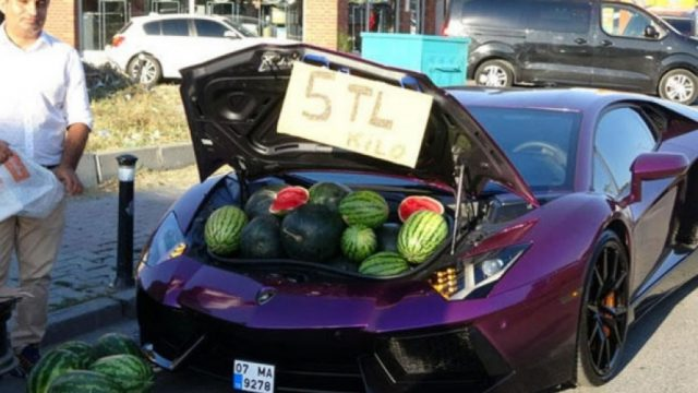 Neobichna-atrakcija-vo-Istanbul-Iranec-prodaval-lubenici-od-bagaznikot-na-negovoto-Lambordzini.jpeg
