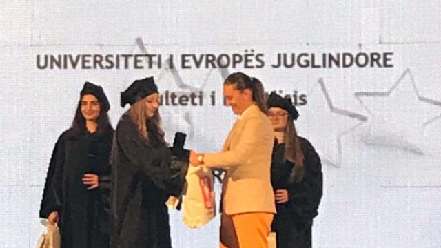 Ardita-Idrizi-e-proglasena-za-istaknat-student-od-Islamskiot-mladinski-forum.png