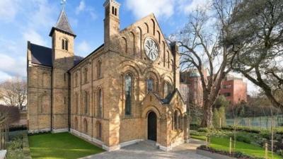 ФОТО: Некогаш била црква а сега е вистински луксузен дом – погледнете како изгледа новото живеалиште вредно 16 милиони евра
